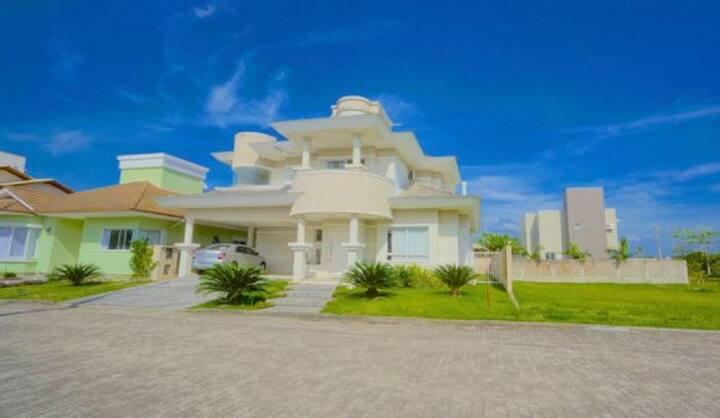 Casa Luxuosa com 3 suítes Condomínio - Campeche SC