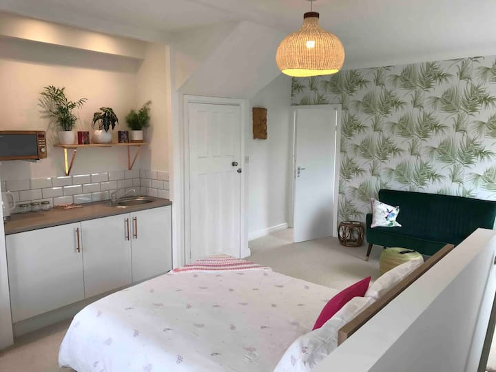 Seafront Location Parking *NEW* Studio Apartment