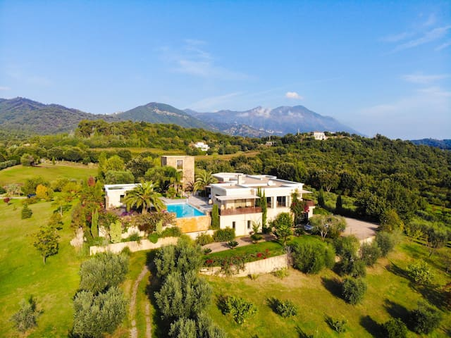 Beautiful tower with view and pool, hammam on Corsican winery