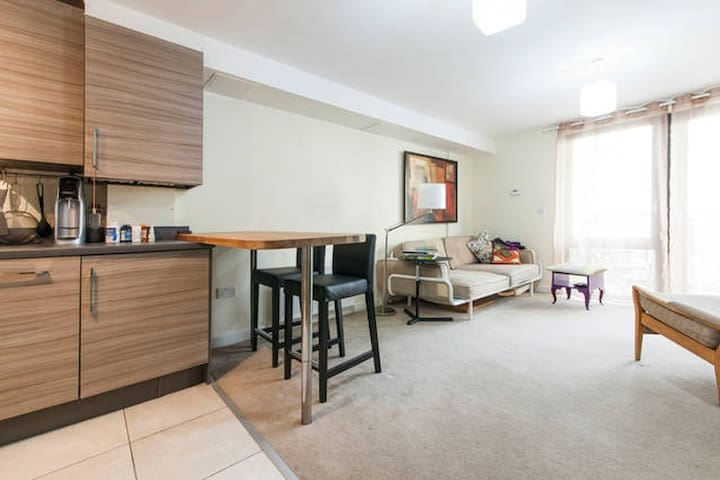 Modern en-suite double bedroom - London