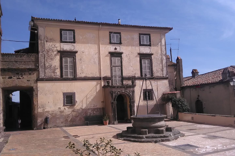 L'appartamento è all'interno di Palazzo Galeotti adiacente a Palazzo Farnese direttamente sulla piazza principale del paese.