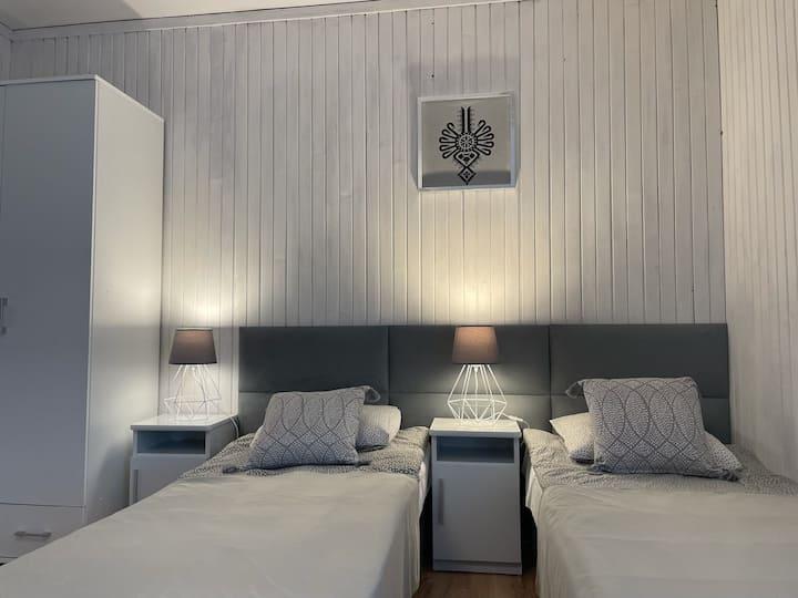 ZAKO-LODGE, pokój twin z łazienką, balkonem