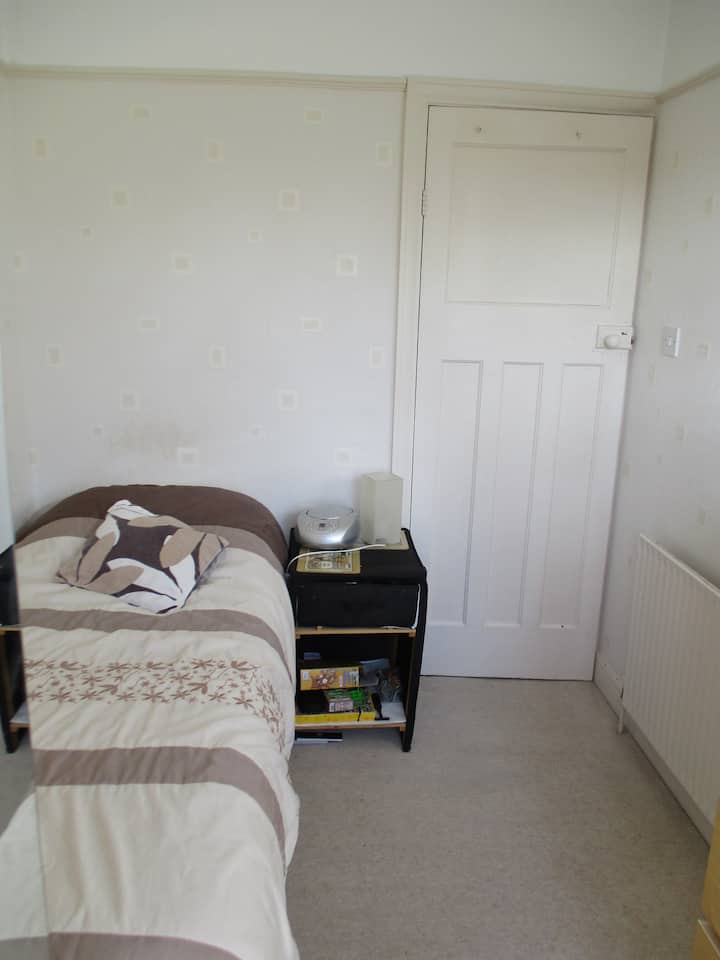 Sunny single bedroom near City Centre & University