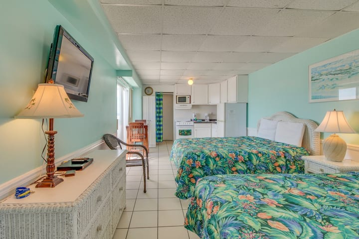 Waterfront condo w/ a shared pool, balconies, & beach access - Snowbird rates!