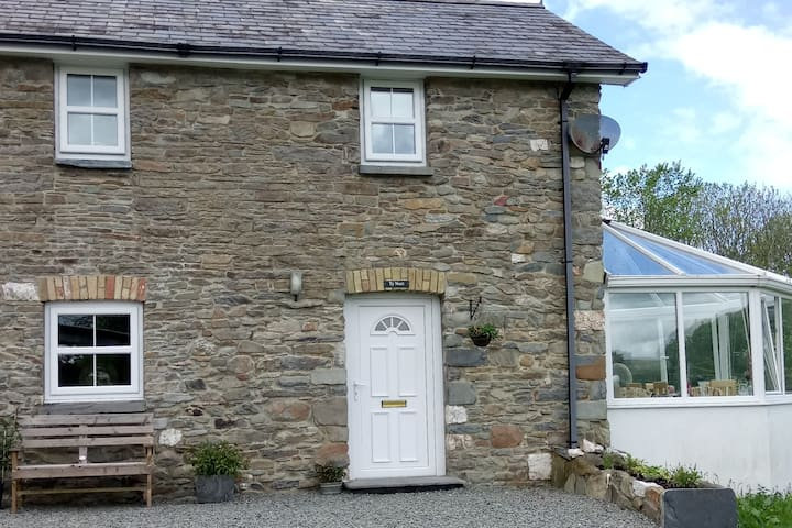 Ty Nant, a cosy, fully equipped country cottage