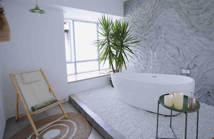 【植寓·白梦】超大浴缸落地窗景观100寸投影大房,南城鸿福路地铁站国贸商场第一国际汇一城,可做饭