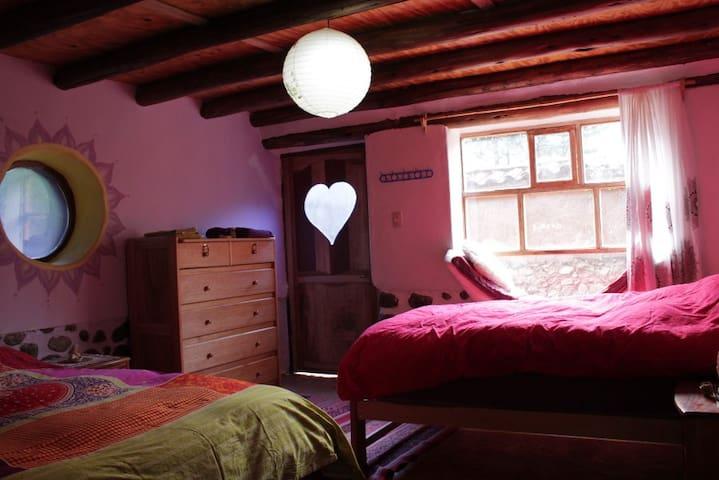 Habitación 4  (con 1 cama matrimonial, 1 cama personal para 2-3 Personas, baño privado, cocina abierta y sala - comedor)