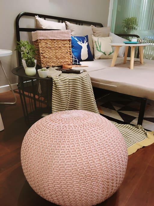 沙发床打开的时候把小桌子搬到旁边,窝在桌子旁边玩玩手机看看书