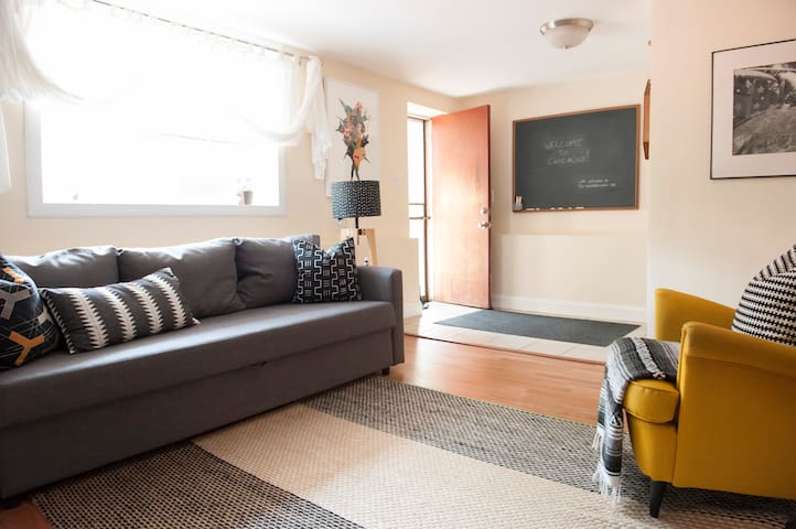 Art and Books in this cozy hip West Town 1 Br Apt