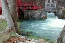 Beautiful Alley Spring Mill, 15 minutes away!  Crystal clear Jacks Fork River!