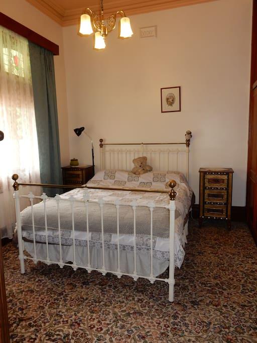 Queen bed BR1