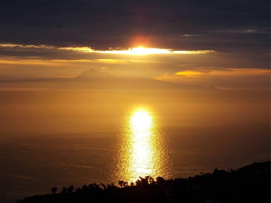 SONNENaufgang vom Wohn-Schlafzimmer aus gesehen. Mit Blick zum höchsten Berg von Spanien - dem Teide