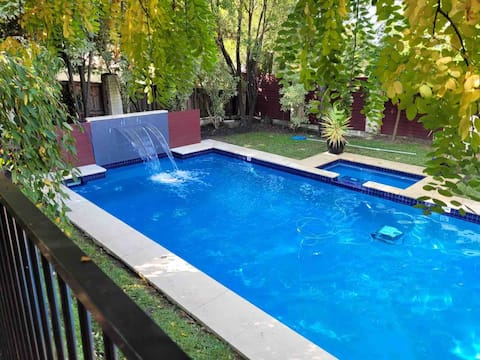 Pool, Spa, BBQ, gorgeous acom for perfect staycay