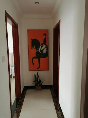 这是通往卧室的走廊
