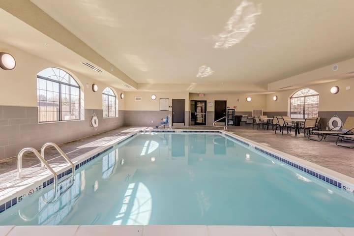 King Suite Near Edward Jones! Shared BBQ Area + Shared Pool On-Site