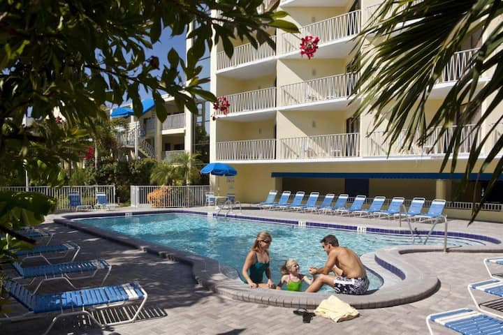 Cool Unit for 4! Private Beach, 2 Pools, Hot-Tub!