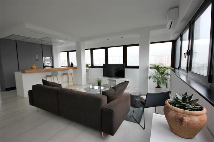 LuxuryLoft (5 min to beach & 10 to center by bus)