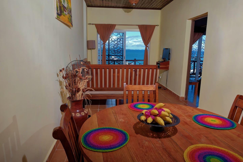 appartement avec 2 chambres, équipéde table à manger, cuisine, salon et terrasse vue mer, face à la mer