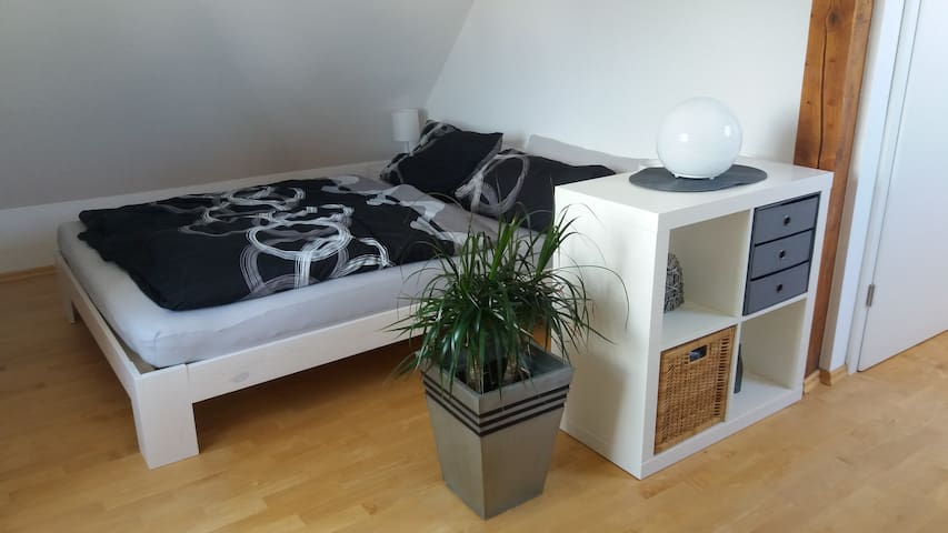 Schlafbereich mit gemütlichem Doppelbett (1,40 x 2,00 m)