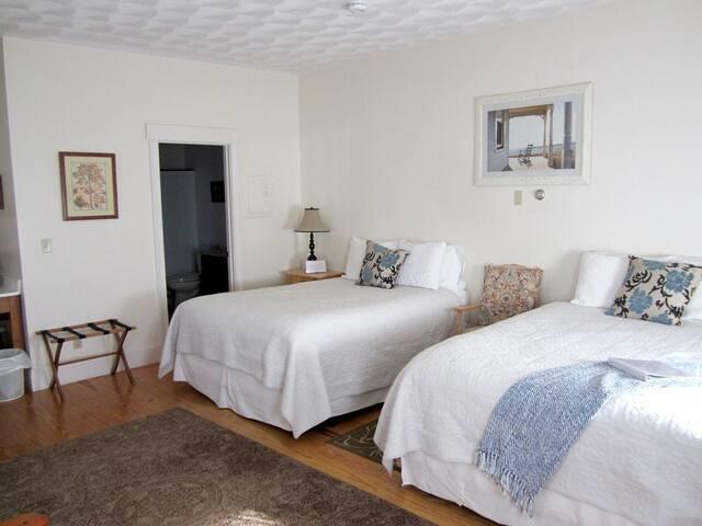 New England Room+Bkft (C)