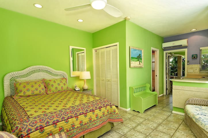 Charming Studio on Lido Key.  Walk to Beach. - Sarasota - Apartment