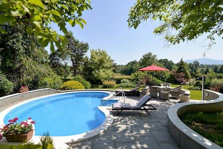 Old Oak House plus swimming pool Duplex apt