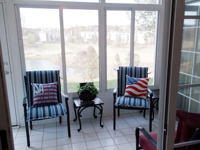 Americondo -Sleeps 8!  Amazing Golf Views - Blocks from 76 Strip. LOCATION!!