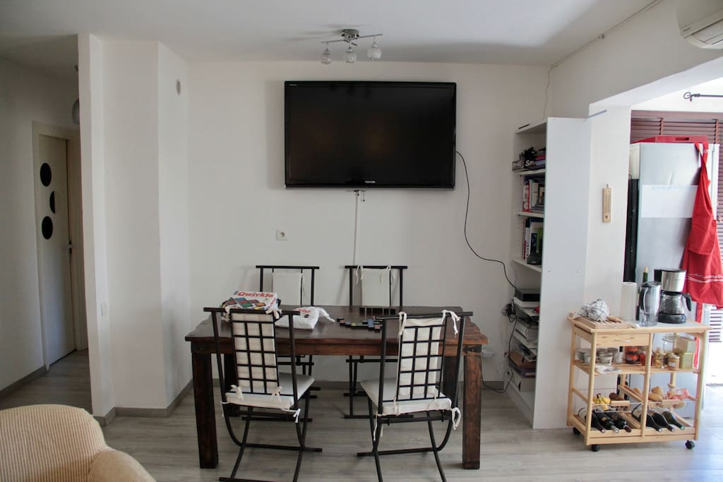 Movie night? The 140cm tv faces the couch; it is also visible from the kitchen. The large table is perfect for family dinners