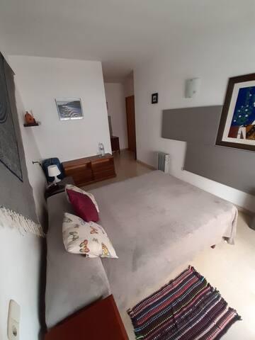 Habitación con baño privado y balcón