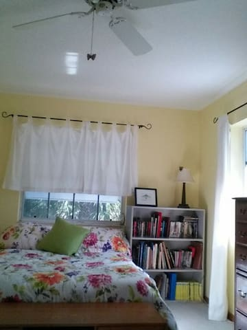 Sunny room with double bed quiet