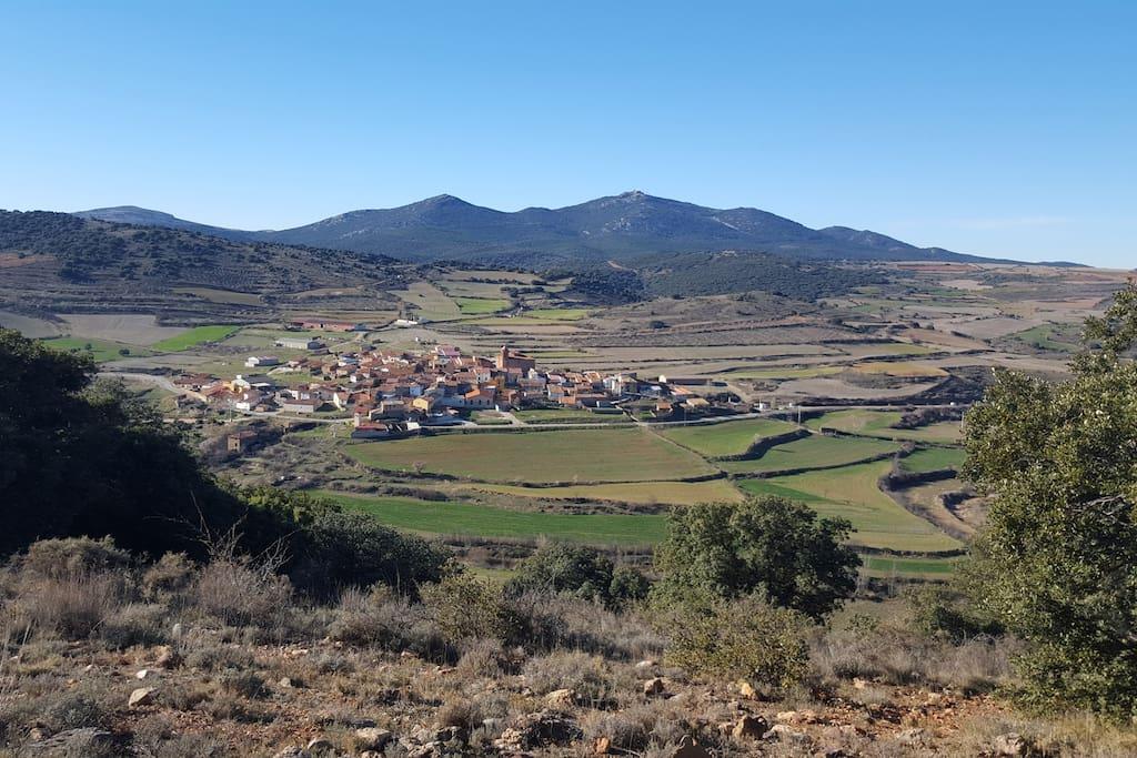 Panorámica de Nogueras. Al fondo, sobre el monte, el Santuario de la Virgen de Herrera (!.350m de altitud), desde donde se puede ver todo Aragón y parte de Cataluña.
