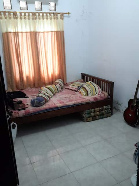 cheap & clean middle city home Solo