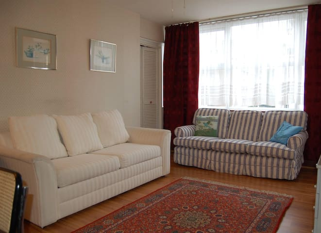 Terrific one bedroom flat in Notting Hill Gate