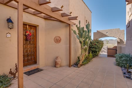 Cave Creek, walking distance to town & hiking!