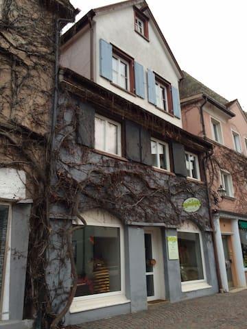 Ferienwohnung in der Innenstadt von Leutkirch - ebenerdig mit begehbarer Dusche, neu und liebevoll eingerichtet.