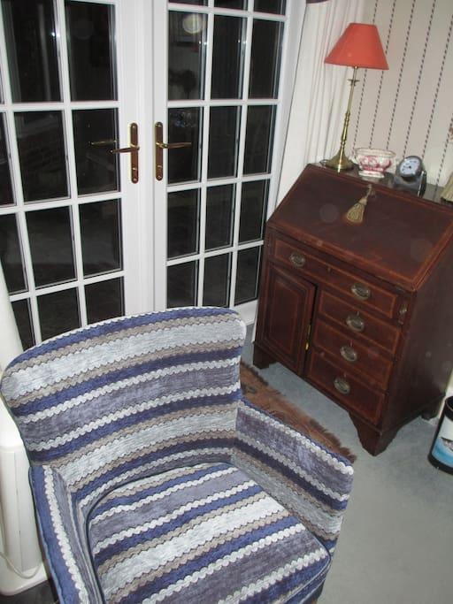Small sitting room. door to patio.