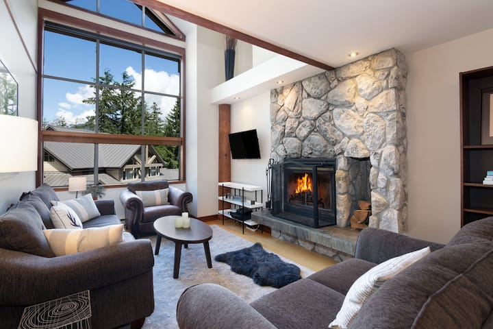 Ski to your door 3BR-Private HTub, True Ski-in/out