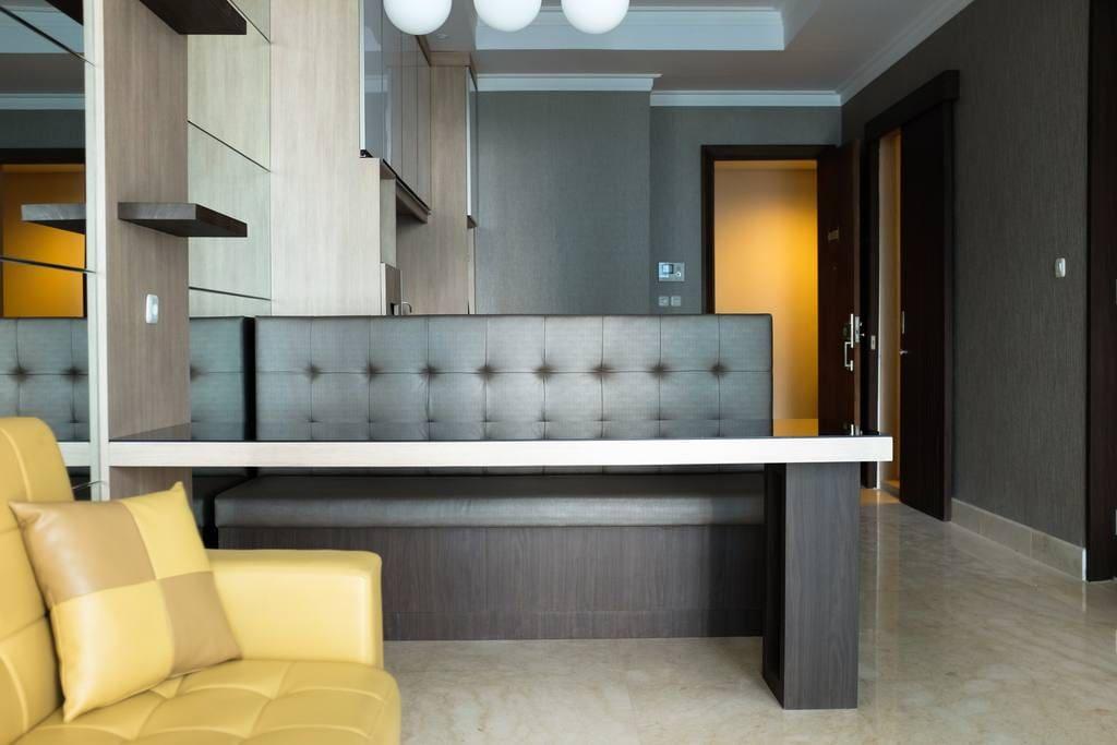 Eating bar, kitchen, and entrance