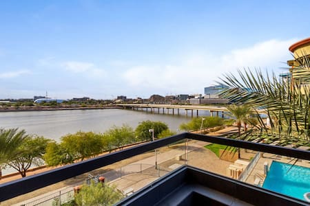 On Tempe Town Lake Walkable to dining, shops, & ASU, w/Heated Pool, Spa, Fitness Room,& FREE GOLF!