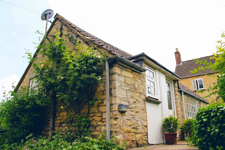 Summerfield, a cosy Cotswold cottage for two