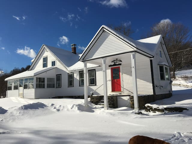 1780 Vermont Farmhouse on 97 acres - Brattleboro - Casa