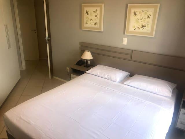 Cama queen size. Você recebe com roupa de cama super limpa e os cuidados do próprio hotel