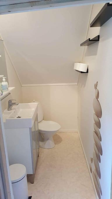Lite bad i andre etasje.  Upstairs bathroom