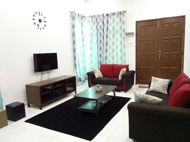 Spacious End Lot home 3bed Aircond - Telok Mas - Casa