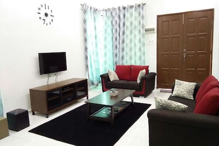 Spacious End Lot home 3bed Aircond - Telok Mas