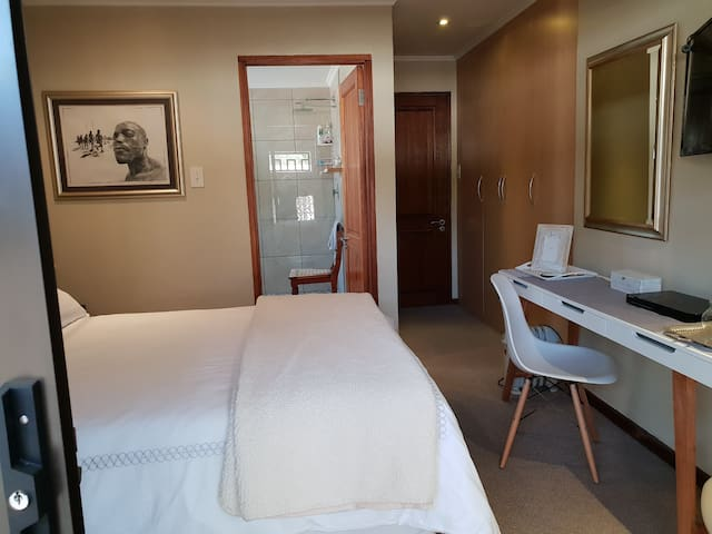 Parkhurst - chic & private en-suite room