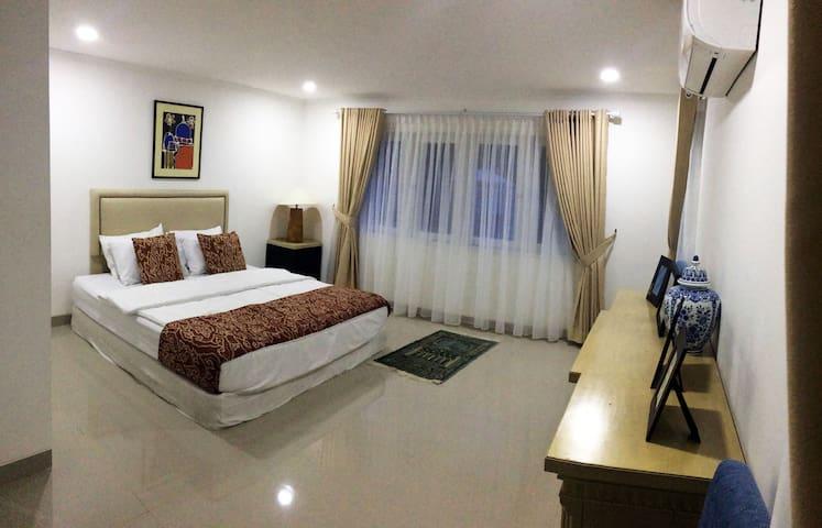 Kamar tidur yang luas, nyaman dengan fasilitas lengkap terdapat lemari pakaian, kamar mandi di dalam dengan air panas.