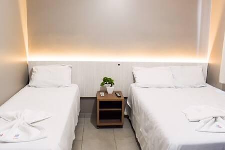 Simples e Pratico, c/ cafe e wifi, perto de tudo - Maringá - Bed & Breakfast