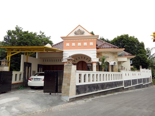 Nariska Suite Homestay Yogyakarta, 3BR for family - Gamping - House