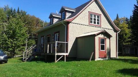 Maison ancestrale avec petit lac et aucun voisin .